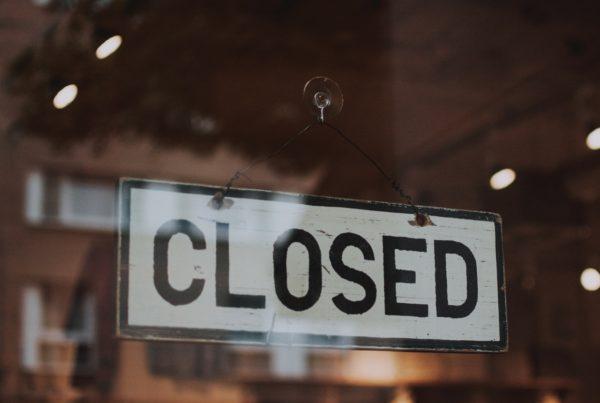 insegna negozio commerciale chiuso